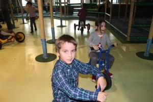 Gonzalo montando en bici con Daniela